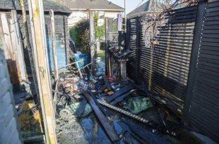 Schuttingen en tuinhuis verwoest door brand aan Toermalijndijk