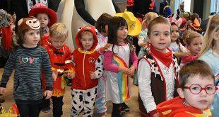 Vrolijk carnaval met cadeautjes op de kleuterscholen