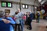 Danslustigen dansten zich warm in zaal Flora