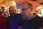 111 Gouverneur Antwerpen - Cathy Berx test alcoholtester in Cafe Rex Essen - (c) Noordernieuws.be 2020 - HDB_0785