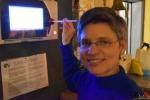 118 Gouverneur Antwerpen - Cathy Berx test alcoholtester in Cafe Rex Essen - (c) Noordernieuws.be 2020 - HDB_0792