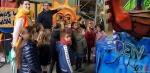 130 Carnaval Kinderen Bezichtigen wagen CV Den Heikant - Essen - (c) Noordernieuws.be 2020 - 20200220_101209