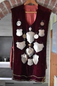 Een mantel waar de zilveren platen op bevestigd zijn
