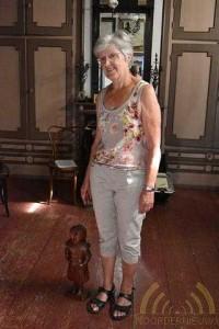 Museummedewerkster Franka met beeld van Paulientje op ware grootte