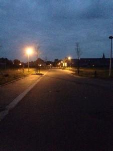 Lege wijk achter de Veldweg 's nachts