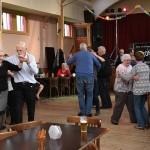 Gezellig dansen in zaal Flora
