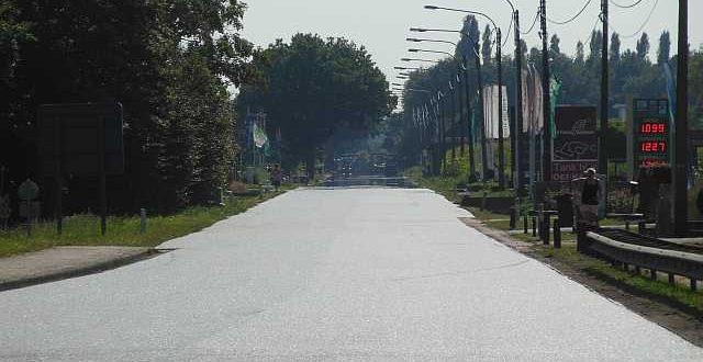 asfalteringswerken-spijker-vorderen-in-tropische-hitte