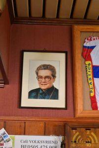 De foto van Martha Huysmans siert nog steeds het café