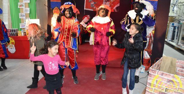 Zingende en swingende kinderen bij Sinterklaas