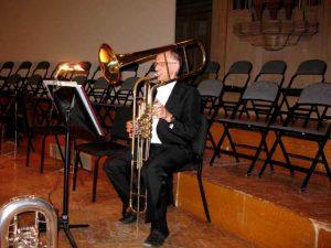 Jozef spelend op een cimbasso
