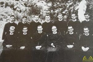 Pater Hugo op de eerste rij, de tweede van links in het noviciaat (vormingsjaar)