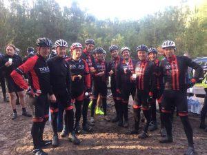 Pauze tijdens recente veldtoertocht met de moutainbike met BCT-ploeg