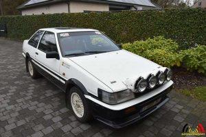 De Toyota oldtimer uit 1984 waarmee Geert zijn rally's rijdt