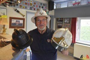 Leo met de 3 helmen die hij bij de brandweer door de jaren heen heeft gebruikt