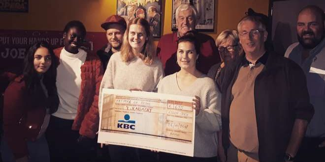 Feike en Katinka overhandigen cheque aan 't Kabaske