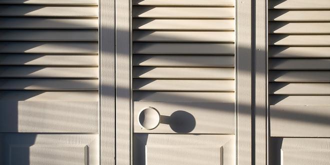 Jonge inbrekers verstoppen zich in kledingkast