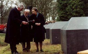 Foto van Jules Schelvis, Wim Kok en diens vrouw Rita op den Brink in kamp Westerbork