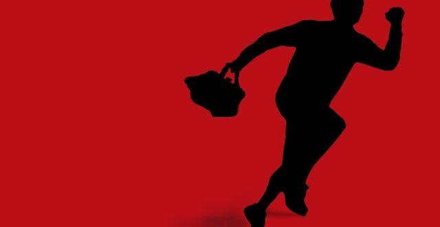 Hoogbejaarde vrouw van tas beroofd