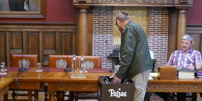 Vlaams Belang Paljassen - Marc Scheepers deelt Paljas tijdens Gemeenteraad Essen