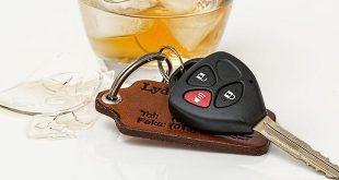 Dronken automobilist rijdt door bedrijfshek