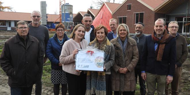 Kalmthoutse Alexandra Tempelaars overhandigt 7500 euro van Roparun aan CODA