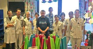 Stichting De Kleine Strijders schenkt speelgoedpakketten aan AZ Klina