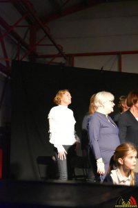 Links Pauline - Essense schoolkinderen zingen Can You Feel It