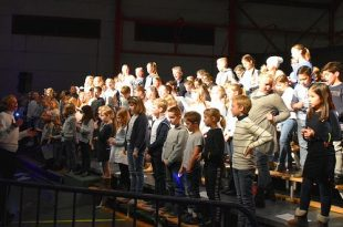 Essense schoolkinderen en Popkoor Akkoord zingen in concert - Can You Feel It
