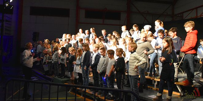 Essense schoolkinderen en Popkoor Akkoord zingen in concert - Can You Feel It