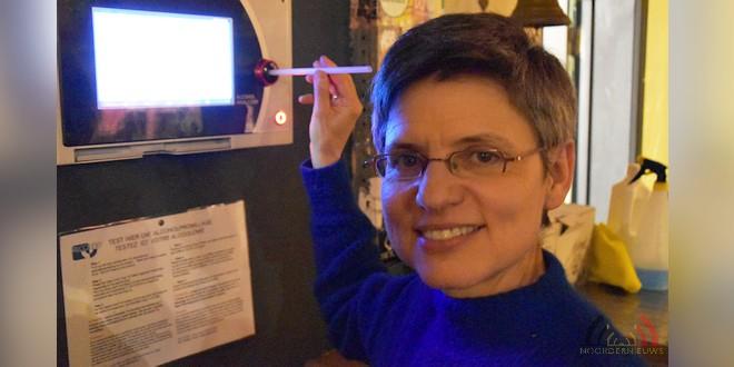 Gouverneur Antwerpen - Cathy Berx test alcoholtester in Cafe Rex Essen - (c) Noordernieuws.be 2020 - HDB_0792u90