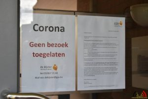 106 Jong CD&V Essen brengt postkaarten met hoopvolle boodschap naar bewoners Sint-Michael - (c) Noordernieuws.be - HDB_0917