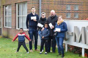 115 Jong CD&V Essen brengt postkaarten met hoopvolle boodschap naar bewoners Sint-Michael - (c) Noordernieuws.be - HDB_0927
