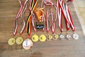 Bregtje en Jessica Broos - Hobby Twirling - Medailles - (c) Noordernieuws.be - HDB_2111s