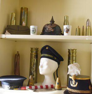 Michel Heitzer - Verzameling wereldoorlog - Kleding - Uniforms - Kentekens - Emblemen - Petten - Kogels - Hulzen - Vlaggetje