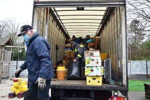 Vrijwilligers van Broeder Willy laden de ingezamelde spullen voor Kroatië 1