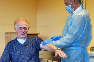 wzc De Bijster Essen - Eddy Binon als eerste gevaccineerd! - (c) Noordernieuws.be - HDB_2972u