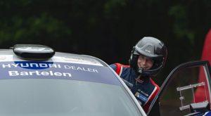 Nederlands rallykampioen Bob de Jong aan de start van GTC Rally
