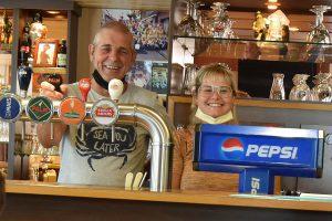 Marc en Melissa achter de toog van Cafe de Meeuw - (c) Noordernieuws.be - HDB_4524s